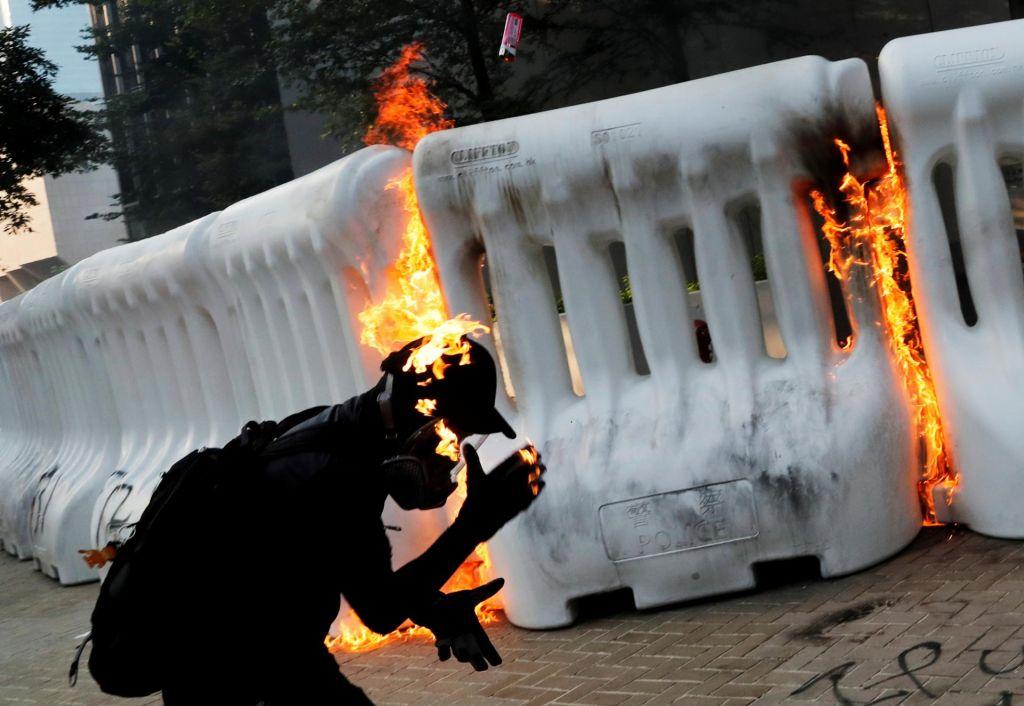 FOTO:Protestniki ponovno na ulice, tokrat s solzivcem in molotovkami