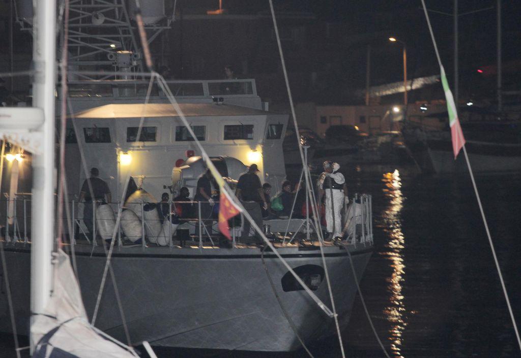 Prebežnike z ladje Ocean Viking izkrcali na Lampedusi