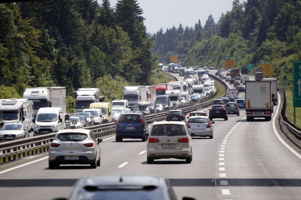 Na primorski avtocesti zastoj zaradi nesreče