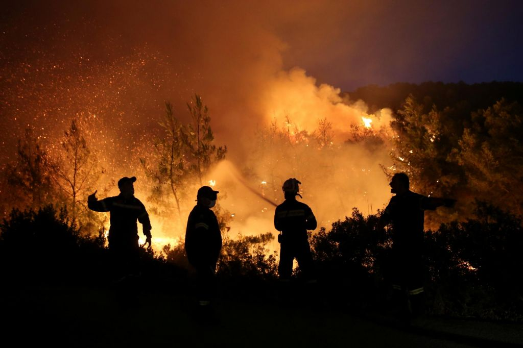 FOTO:Gasilci se v bližini Aten borijo z obsežnim požarom