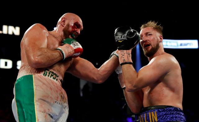Britanski boksarski zvezdnik Tyson Fury je težje, kot je marsikdo pričakoval, dosegel novo zmago. Na spektaklu v Las Vegasu se je moral namreč proti Švedu Ottu Wallinu boriti vseh dva. FOTO: Steve Marcus/REUTERS