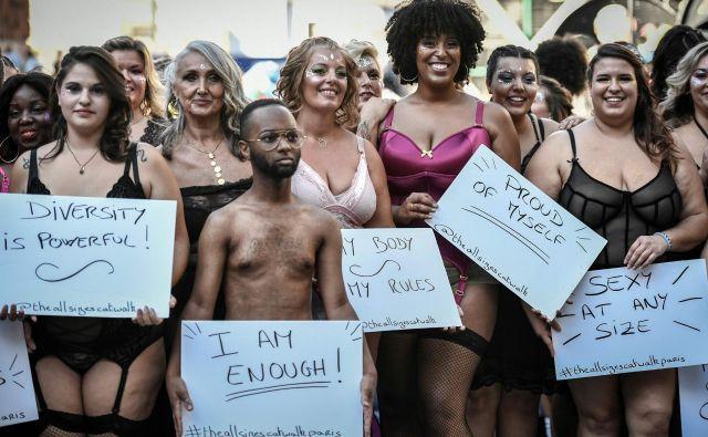 Na prireditvi All Says Catwalk v Parizu se je zbralo približno 100 žensk vseh oblik in velikosti , da bi spodbudilo samosprejemanje. S tem, ko so se sredi Pariza sprehodile v kopalkah in spodnjem perilu sporočajo, da obstaja veliko različic lepega in da je vsako telo vredno ljubezni in sprejemanja. FOTO: Stephane De Sakutin/AFP