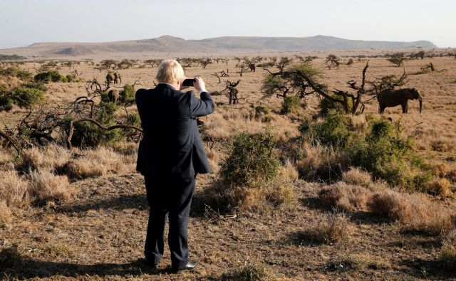 Kljub rasističnim in islamofobnim izjavam nam Johnson, burkaški baklonosec brexita, hitro prirase k srce. FOTO: Thomas Mukoya/Reuters
