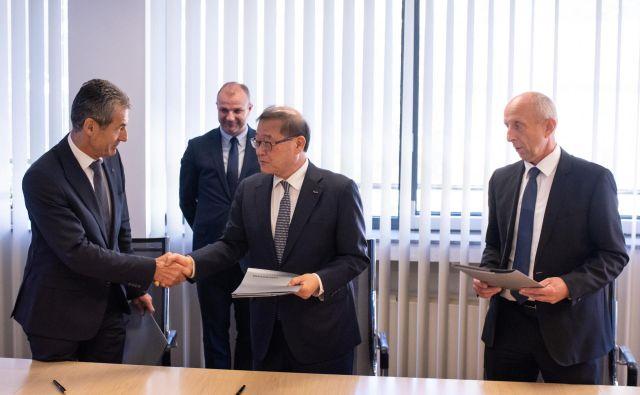 Stojan Petrič (levo) in Čung Mong Von sta podpisala pomemben dogovor o sodelovanju (v ozadju državni sekretar Aleš Cantarutti). FOTO: Jan Sedej