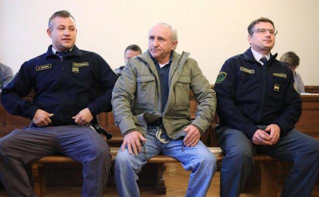 Softić je na današnjem začetku glavne obravnave sodnico poskušal prepričati, da je Mitrovića ubil, ne pa umoril, saj da ga ni namerno zasledoval in zločina ni načrtoval, pač pa da sta se srečala po naključju. FOTO: Aleš Andlovič