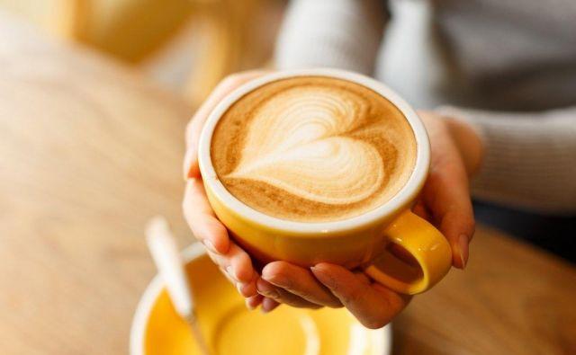 Kava vedno najbolj prija iz lončka, ki nam je najljubši, in zato toliko manj iz plastičnega lončka. Pa še onesnažujemo okolje s tem. FOTO: Thinkstock