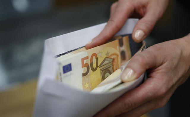 Vsaj povprečno so plačne kuverte v Sloveniji vse bolj polne. Foto Leon Vidic