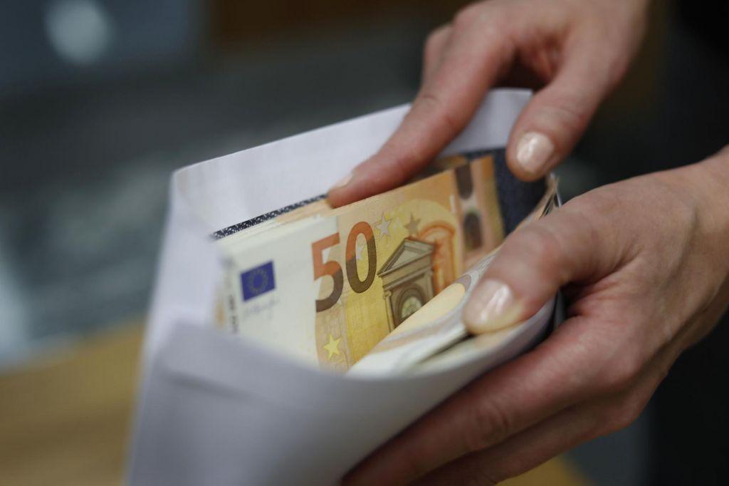 Julijske plače porasle, najvišje so bile v financah in zavarovalništvu
