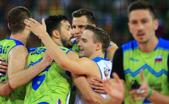 Slovenski reprezentanti, med njimi tudi libero Jani Kovačič (v sredini) so pošteno priznali, da so bili Makedonci boljši tekmeci in si zmago zaslužili. FOTO: Tomi Lombar/delo