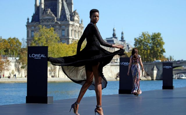 A model Maria Borges presents a creation on a giant catwalk installed on a barge on the Seine River during a public event organized by French cosmetics group L'Oreal as part of Paris Fashion Week, France, September 30, 2018. REUTERS/Stephane Mahe - RC1C33E20310 Foto Stephane Mahe Reuters