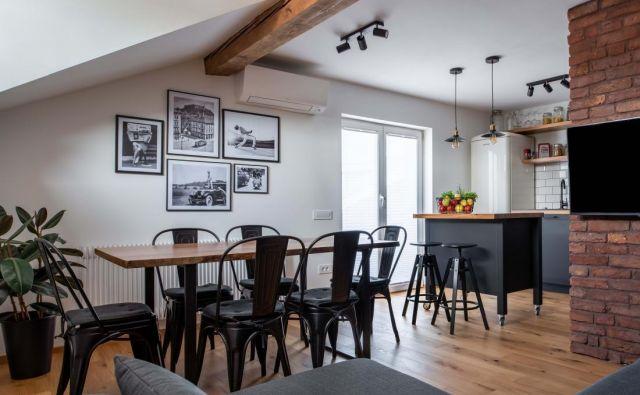 Z izborom barv in materialov so arhitekti v stanovanju ustvarili pridih industrijskega sloga. Foto: Blaž Gutman