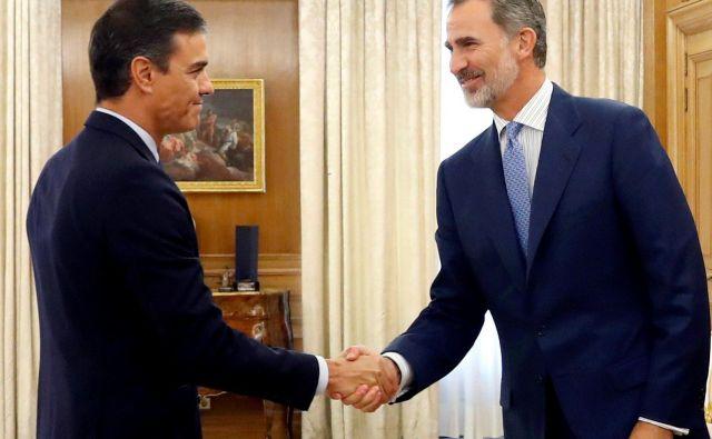 Kot zadnjega izmed predsednikov parlamentarnih strank je kralj Filip VI. danes sprejel vodjo socialistov Pedra Sáncheza. Foto: Pool Reuters