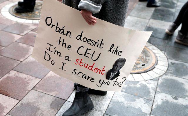 »Orbán ne mara Srednjeevropske univerze. Sem študent. Se me tudi vi bojite?«, piše na transparentu protestnika proti vladi Viktorja Orbána, ki je sredi Evrope ustvarila sistem, v katerem sta akademska svoboda in avtonomnost institucij izgubili veljavo.<br /> Foto: Reuters