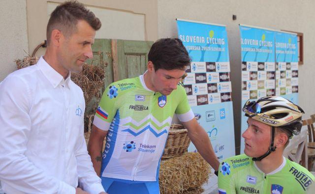 Andrej Hauptman (na fotografiji s Primožem Rogličem in Matejem Mohoričem) z velikimi pričakovanji odhaja na svetovno prvenstvo. FOTO: Mavric Pivk