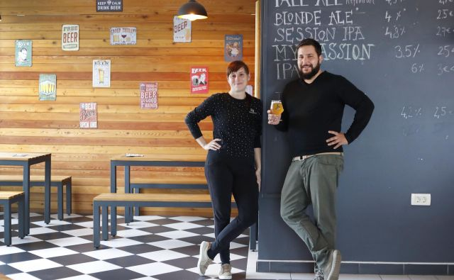 Anja in Urban Florjančič v trendovsko urejeni točilnici pod pivovarno Mali Grad. FOTO: Leon Vidic