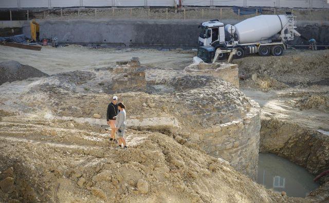Cisterna je med arheološkim raziskovanjem Muzejskega trga vzbudila največ zanimanja. Fotografiji Uroš Hočevar