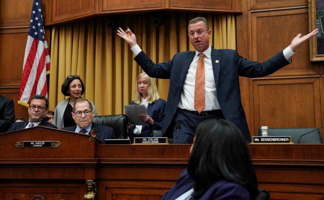 Predsednik odbora demokrat Jerry Nadler je začel resno in umirjeno, pozval sodelujoče, naj se vzdržijo kričanja in obtožb na račun drugih in predsednika. FOTO:Sarah Silbiger/Reuters