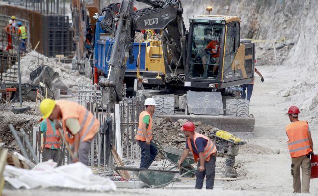 Vrednost opravljenih gradbenih del se je letos še bolj kot na stavbah povečala pri gradbenih inženirskih objektih, med katere sodijo tudi ceste. Vendar nekateri gradbinci opozarjajo na zastoj investicij v državne ceste. Foto Roman Šipić