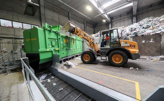 Začetek linije, kjer odpadke naložijo v trgalec vreč. FOTO: arhiv Simbio