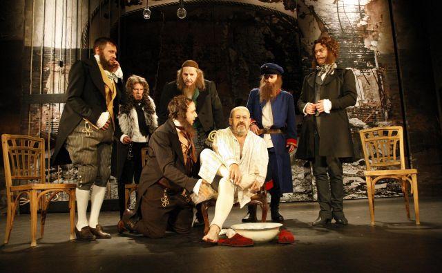 Gogoljev Revizor z Vladom Novakom v glavni vlogi je premiero doživel leta 2013.