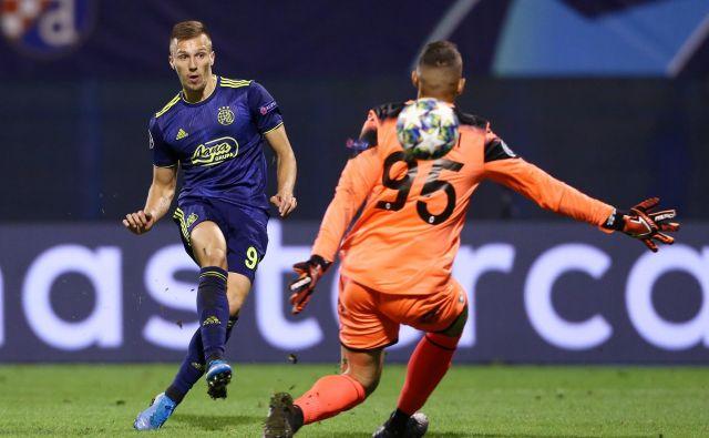 Mislav Oršić je takole spravil žogo za hrbet italijanskega vratarja Pierluigija Gollinija za svoj tretji gol proti Atalanti. FOTO: Reuters