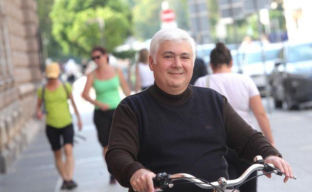 Gruzinski veleposlanik Irakli Koplatadze se na delo rad odpelje s kolesom, ob koncu tedna pa naredi še kakšen krog po Tivoliju. FOTO: Mavric Pivk