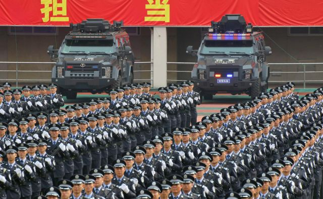 Enote Narodnoosvobodilne vojske trenirajo za parado, ki bo grmela prek Trga nebeškega miru. Foto: Reuters