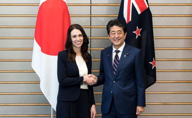 Ardernova se je kljub neljubemu spodrsljaju prisrčno pozdravila z japonskim premierom Shinzom Abejem. FOTO: Tomohiro Ohsumi/ AFP