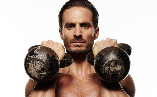 Vadba z ruskimi kroglami vadečega prisili, da veliko bolj stabilizira telo kot pri klasičnem dvigovanju uteži, hkrati pa omogoča, da z nihanjem uporablja gibalno silo in s tem posnema sile, ki so pogoste v športu in življenju. Foto: Shutterstock