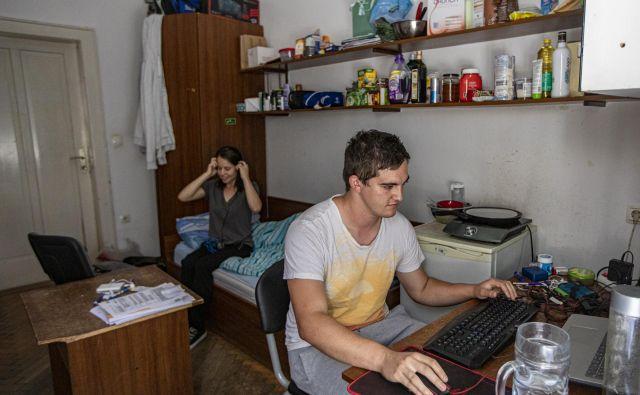 Povsem običajna, zastarela soba v študentskem domu je za sedanji rod študentov postala tako rekoč nedosegljiva. FOTO:Voranc Vogel/Delo