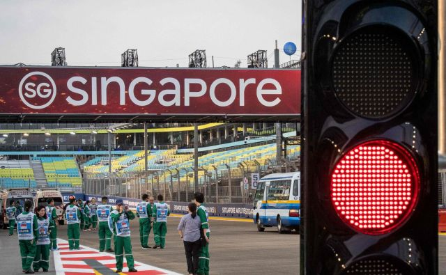 V Singapurju gori rdeča luč.FOTO: AFP