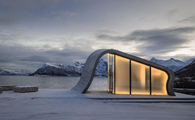 Počivališče Uredd na norveški razgledni poti Helgelandskysten se ponaša s čudovitim razgledom na hribe in na Norveško morje ter omogoča opazovanje severnega sija. Foto: Steinar Skaar