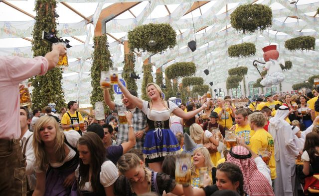 Oktoberfest je lani obiskalo 6,3 milijona obiskovalcev, rekord pa je dosegel leta 1985, ko jih je bilo več kot sedem milijonov. Fotografiji Reuters