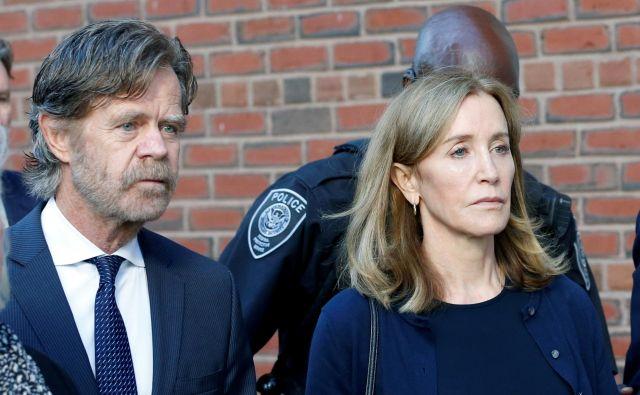 Igralka Felicity Huffman z možem Williamom H. Macyjem odhaja s sodišča po izrečeni sodbi. Foto Reuters