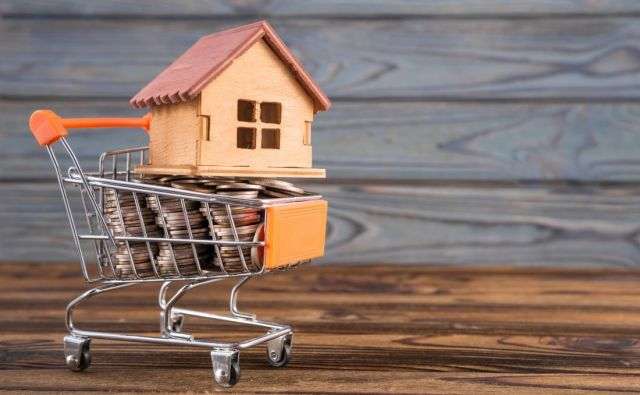 Pokojninski skladi v času rekordno nizkih obrestih računajo, da bodo naše prihranke dolgoročno plemenitili tudi z nakupom in oddajo nepremičnin. Foto Shutterstock