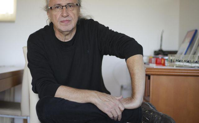 Marcel Štefančič, jr., živa podatkovna baza brezmejne splošne razgledanosti, ki zna za povrhu vse ubesediti na povsem svoj, nezgrešljiv način, zato v marsikom vzbuja občudovanje, ima pa tudi sovražnike, ki že več let zahtevajo ukinitev oddaje, ki jo vodi.<br /> FOTO: Jože Suhadolnik
