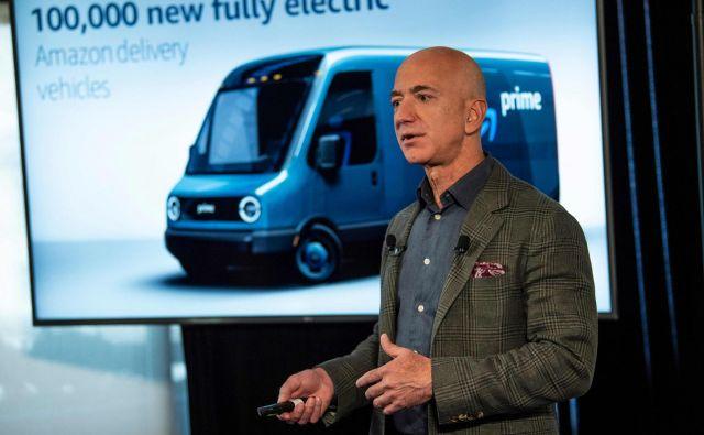 Jeff Bezos želi biti tudi med vodilnimi pri premiku v brezogljično družbo. FOTO: Eric Baradat/AFP