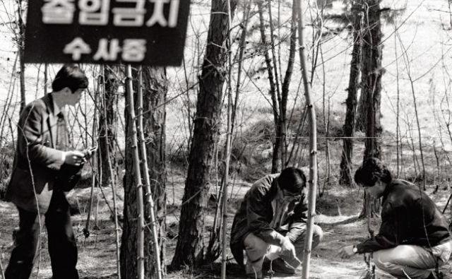 Veliko število policistov in preiskovalcev je v osemdesetih preiskovalo serijske umore v Hwaseongu. FOTO: The Corea Herald