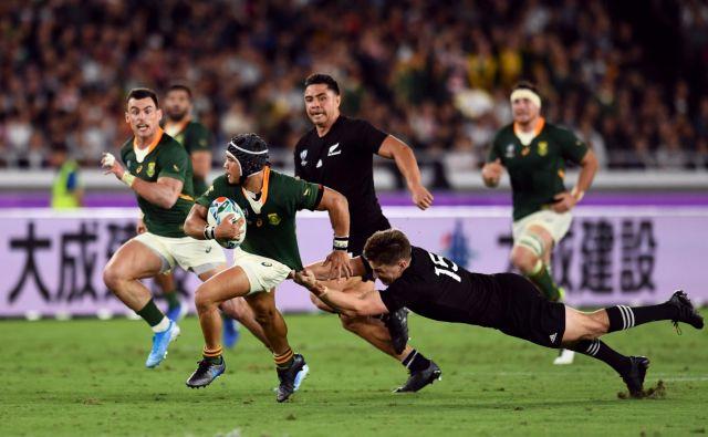 Svetovnim prvakom v ragbiju Novozelandcem (v črnem) je na uvodni tekmi Južnoafričan Cheslin Kolbe večkrat povzročal preglavice, pripraviti se morajo na podobne težave še z drugimi tekmeci za naslov najboljšega na svetu. FOTO: Reuters