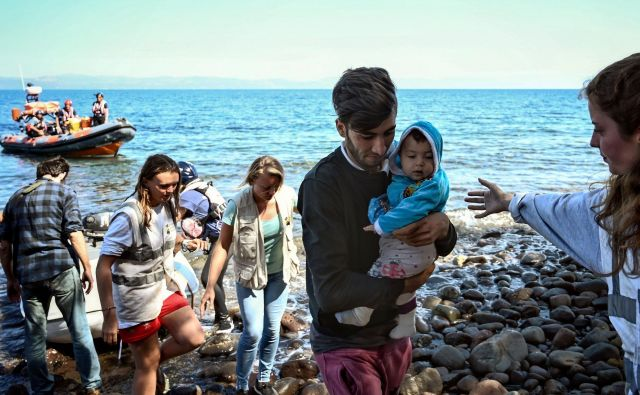 Migrante na grškem otoku Lezbosu pričakajo humanitarni delavci, to je zgolj ena od mnogih postaj na dolgi balkanski poti. Foto AFP