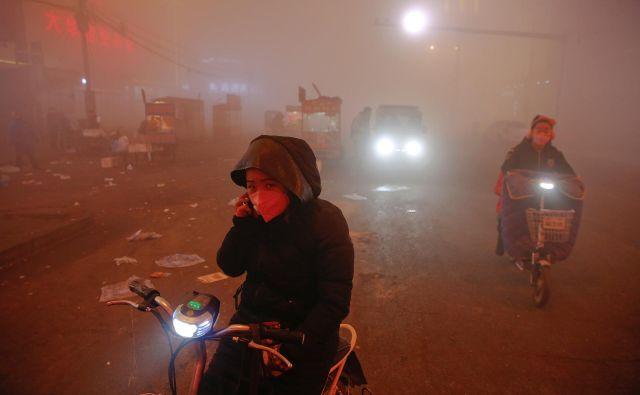 Kitajski izpust ogljikovega dioksida se je v letu 2018 povečal za 2,3 odstotka in se bo v skladu z zdaj veljavno politiko povečeval vse do leta 2030. FOTO: Damir Sagolj/Reuters
