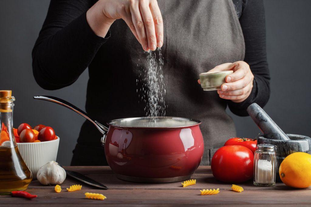 FOTO:Nezdrava navada: pojemo veliko preveč soli