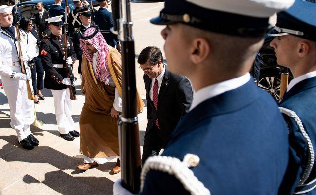 Khalid bin Salman, namestnik savdskega obrambnega ministra, in Mark Esper, ameriški obrambni minister. FOTO: Brendan SmialowskI/AFP