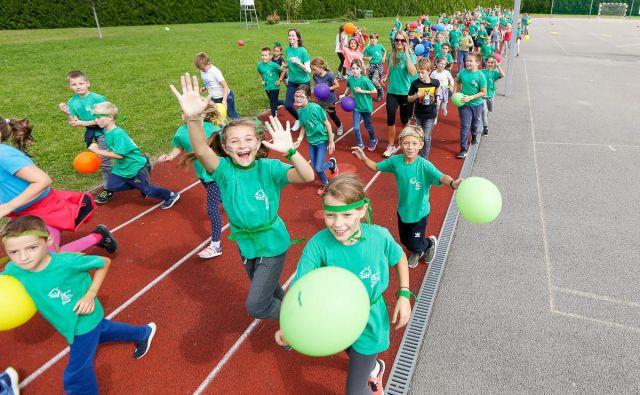 Osrednja lokacija je dogodka je bila tudi letos na atletski stezi Osnovne šole Koseze, kjer so se približno 300 otrokom pridružili tudi Žan Rudolf, slovenski rekorder v teku na 800 metrov. Foto: Peter Kastelic / Azs