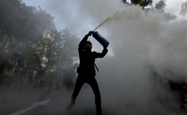 Osrednje zahteve protestnikov so svobodne volitve, neodvisna preiskava policijskega nasilja na dosedanjih demonstracijah in amnestija za več kot tisoč aretiranih. FOTO: Tyrone Siu/Reuters