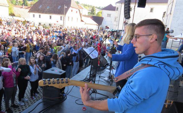 Ob stiški baziliki Žalostne matere božje se je danes zbralo več kakor 5000 mladih iz vseh koncev Slovenije. FOTO: Bojan Rajšek/Delo
