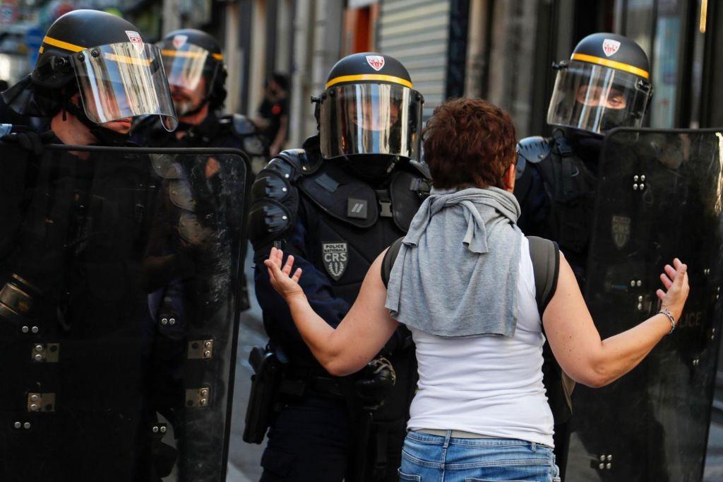 FOTO:Več kot sto aretiranih na protestu rumenih jopičev