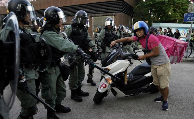 Policija je nameščena na mestih, kjer so napovedani protesti. FOTO: Aly Song/Reuters