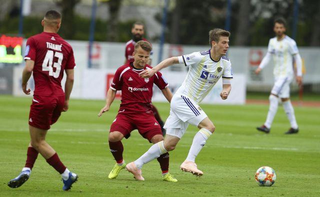 Mariborčani so v Kranju dosegli četrto zaporedno zmago v 1. SNL, prvi gol pa je zabil Aleks Pihler (desno). FOTO: Jože Suhadolnik/Delo