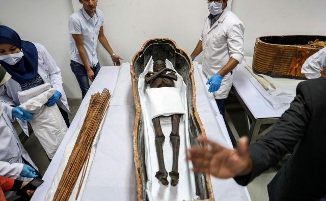 V Nacionalnem muzeju egipčanske civilizacije v Kairu so arheologi odprli sarkofag s starogrško mumijo Sennedjema, obrtnika, ki je živel med vladanjem faraonov Seti I in Ramesses II (13.-12. Pr. N. Št.). FOTO: Mohamed El-shahed/AFP
